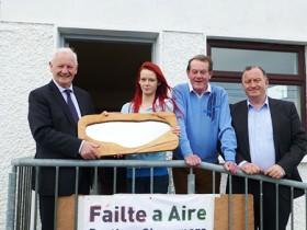 An tAire Dinny McGinley ag fáil scathán ó Doireann Davy i gcuideachta Máirtín Davy agus Joe Lee